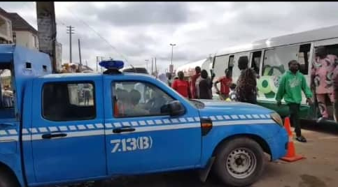 Female FRSC Official Feeds Male Colleague Publicly In Abuja (Video)